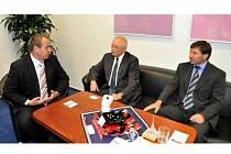 Nový předseda Krajské hospodářské komory Vladimír Opatrný (uprostřed) se spolu s Oskarem Mužíčkem, ředitelem OHK Jablonec, setkal s hejtman Stanislavem Eichlerem.