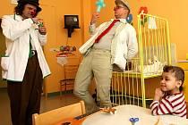 Do jablonecké nemocnice za pacienty přišli ve čtvrtek dva klauni. Lukáš Vláčil (klaun z Prahy) a Tomáš Bělohlávek (z Naivního divadla v Liberci).