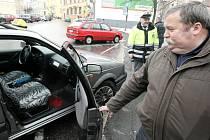 Pod pohrůžkou použití pistole získal lupič v bance v Jablonci sto tisíc. Úřednice mezi peníze vložila znehodnocující kapsli, která bouchla v taxíku (na snímku), do kterého lupič nasedl.
