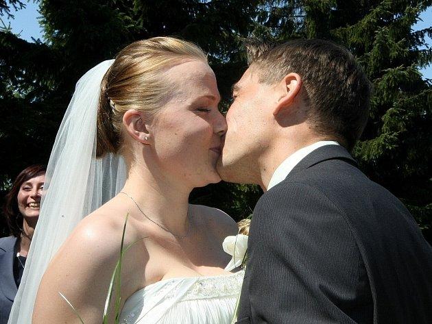 Na palouku za rozhlednou Štěpánka v Jizerských horách, stranou od turistů se odehrála svatba jako vystřižená z amerického filmu.