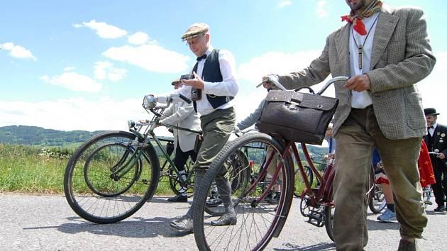 Účastníci Spanilé krasojízdy většinou vyrazí na bicyklech historických i moderních v dobových kostýmech.