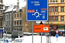 Oranžové značení zavede fanoušky bezprostředně k šampionátu. Dopravci větší hustotu automobilů řeší tak, že klasické značení na modrých cedulích přeškrtli. Místní vědí, jak se dostat do Liberce a budou pokračovat po obvyklé trase.