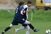 Lučany na domácím hřišti porazily Velké Hamry B (v modrém) 1:0.