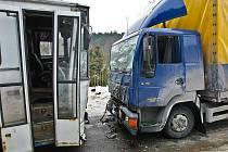 Na zledovatělé silnici v Heřmanicích na českolipsku se v úterý 9. února střetl nákladní automobil s autobusem vezoucím pracující na odpolední směnu.
