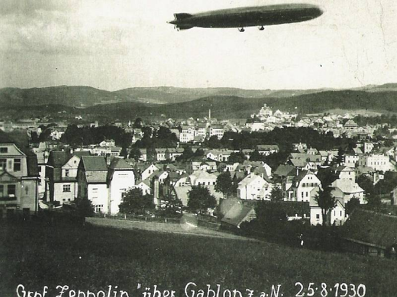 Vzducholoď nad Jabloncem v roce 1930.