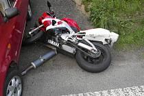 Ke srážce osobního auta a motocyklu došlo ve středu v podvečer ve Splzově.