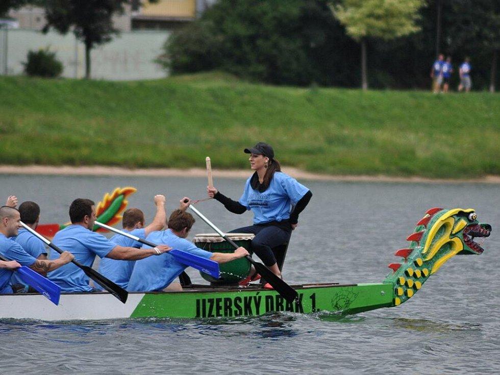 Druhý ročník závodů Dračích lodí Jizerský drak se jel na hladině přehrady ve Mšeně v Jablonci nad Nisou.