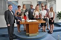 Ještě týž den, kdy zastupitelé schválili čtvrt milionový peněžitý dar pro SKP Kornspitz Jablonec, předal zástupcům klubu jablonecký primátor Petr Beitl šek s touto částkou.