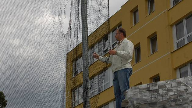 Místopředseda Baseballového Clubu Blesk poukazuje tké na nutnou opravu sítě, která je nezbytná k zajištění ochrany divaků před míčkem. Desetimetrová síť bude i před hlavní tribunou.
