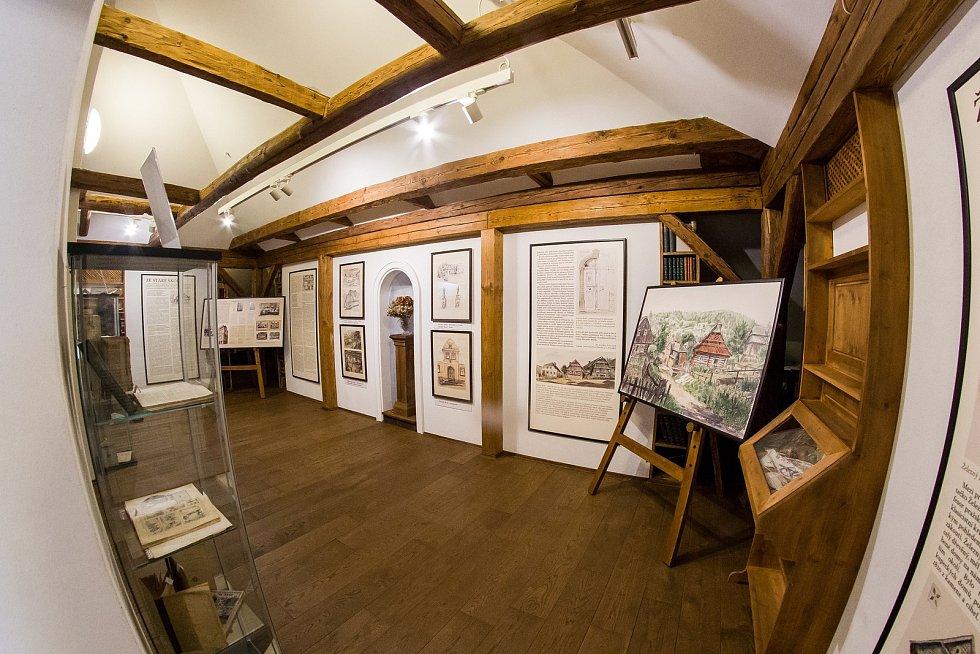 """Vernisáž výstavy """"Ze staré školy"""" proběhla 27. března v Domě Jany a Josefa V. Scheybalových v Jablonci nad Nisou. Výstava přibližuje školní život v období první republiky."""