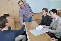 Petr Roubíček byl jedním ze zastupitelů, kteří pomáhali studentů lépe se zorientovat ve všech náležitostech jednání.