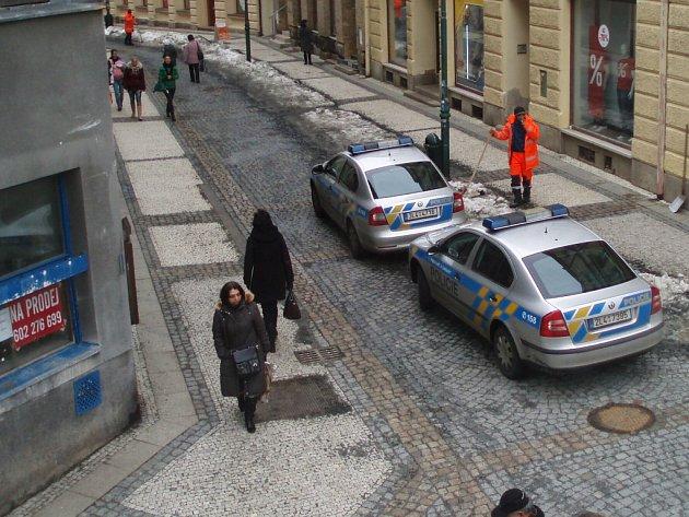 Policejní vyšetřování v Jablonci nad Nisou. Do Komenského ulice přijeli kriminalisté, v bytě našli mrtvou ženu a jejího postiženého syna..