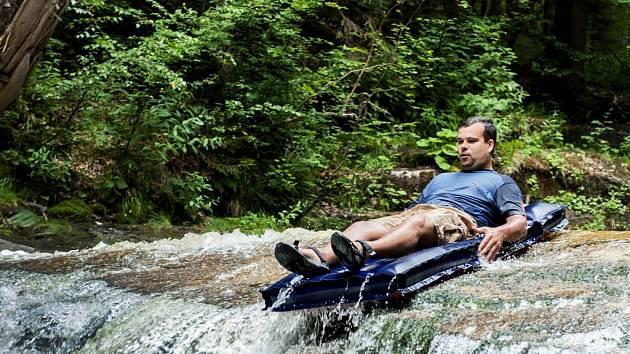 Německý turista se bavil na harrachovských Mumlavských vodopádech.
