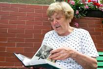 Libuše Drvotová, bývalá knihovnice a dlouholetá kronikářka Velkých Hamrů