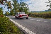 Závod Historic Jizera, 9. ročník rallye v jízdě pravidelnosti automobilů vyrobených v letech 1945 až 1985, pokračoval 8. září na Semilsku. Na snímku je průjezd závodních vozů Mírovou pod Kozákovem.