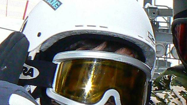 Úrazů hlavy na svazích neustále přibývá. Horská služba opakovaně varuje před jízdou bez ochranné přilby. Podle záchranářů by měla být povinná.