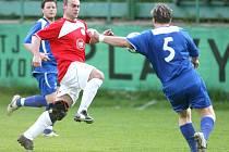 Favorizovaná Mírová (v červeném) získala v Plavech jen bod za remízu 0:0.