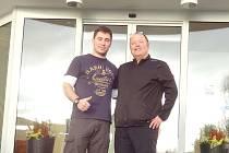 Magnar Dahler (vpravo), manažer týmu Santander, pochválil Janu Vorlovi služby, které jim v Břízkách nabídli.
