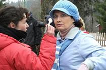 V Horním Polubném v Jizerských horách se ve čtvrtek sjeli filmaři TV seriálu Vyprávěj, aby zde natočili první klapku z nové seriálové řady. Na snímku Veronika Freimanová.