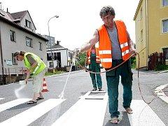 V Jablonci pokračuje obnova vodorovného dopravního značení, kterou provádějí pracovníci Technických služeb.