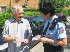 Policisté mnohdy varují seniory před podvodníky i přímo na ulici.