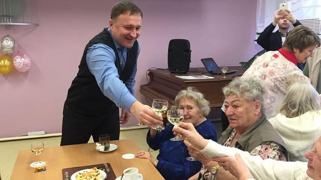 Primátor Petr Beitl v Domově s pečovatelskou službou v Pasekách