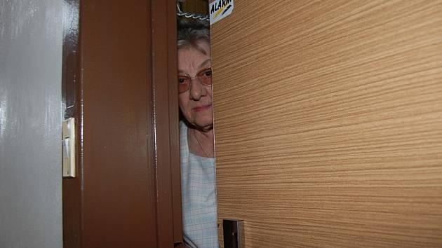 Starší lidé jsou často důvěřiví a zapomínají na intriky podvodníků. Anna Bučinová z bezpečnostních důvodů otevírá dveře, jen když má na nich řetízek. Tak by to měli dělat všichni senioři.