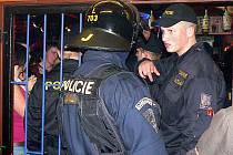 TÉMĚŘ PĚT TISÍCKRÁT ČTENÁŘI WEBU OTEVŘELI ZPRÁVU O RAZII. Na diskotéku v nedaleké Nové Vsi vyrazili policisté v březnu letošního roku.
