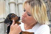 MARUŠKA DLOUHO BOJOVALA.  Věnovali jí veškerou péči. Dagmar Kubištová (na snímku) ji vozila k veterináři. V péči ji měla doma, mimo ostatních psů, její maminka Dagmar Holanová.