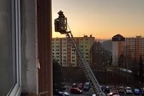 Zásah hasičů s žebříkem na sídlišti Mšeno