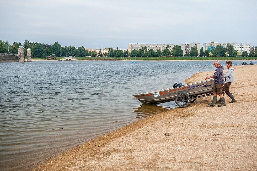 Hrázný Jiří Chmelař měří 19. července průzračnost a teplotu vody v jablonecké přehradě. Na měření se vydává dvakrát týdně vždy v půl sedmé ráno.