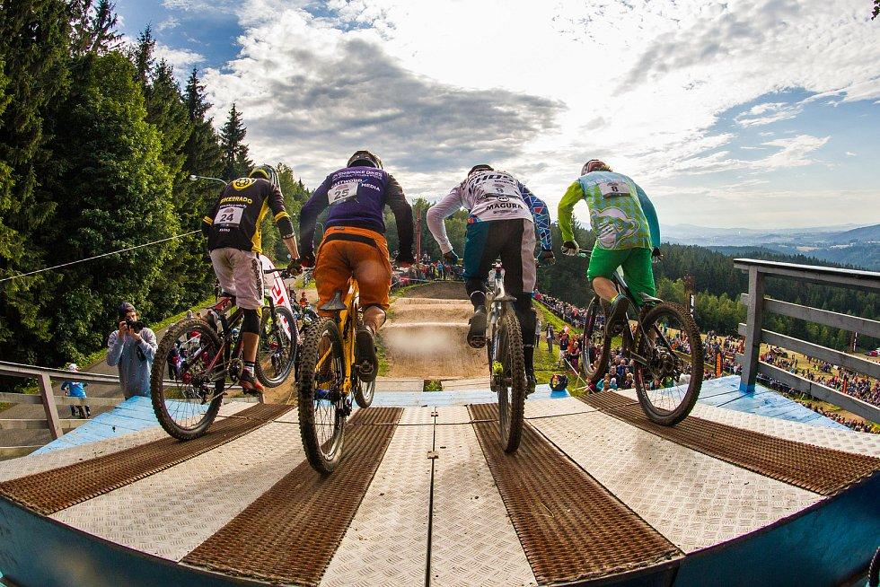 Finále závodu světové série horských kol ve fourcrossu, JBC 4X Revelations, proběhlo 15. července v bikeparku v Jablonci nad Nisou. Na snímku je startovací rampa.