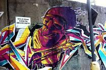 Opěrnou zeď v Polní ulici zdobí od soboty hned několik obrázků.