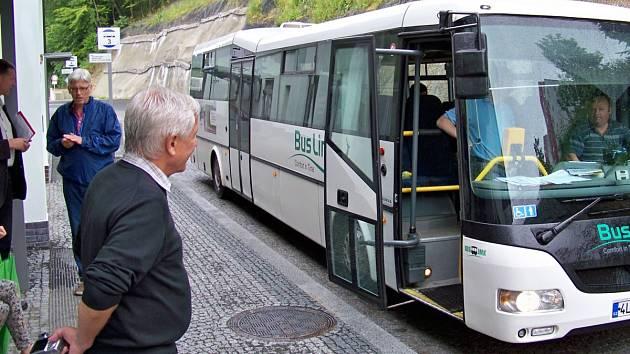 Porota při příjezdu autobusu na terminál Železný Brod