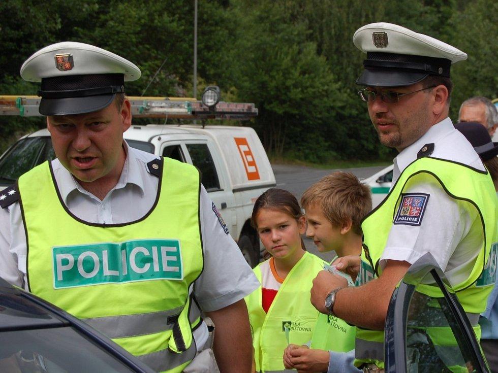 Johanka Jestřábková a Tomáš Zámostník čekají, až policista Martin Horák udělí pokutu, která se chvílemi vyhoupla i nad dvoutisícovou hodnotu. Pak předají obrázek zamračeného autíčka.