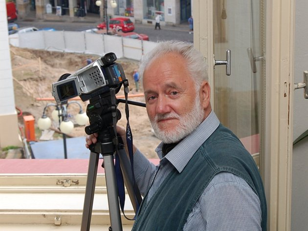 Jako na dlani. Kameraman Jaroslav Bouda neváhal  kvůli záběru z výšky na budování nové stavby v těsném sousedství kostela vyjít s kamerou i do druhého patra. Stačil mu několika vteřinový záběr na prostřih.