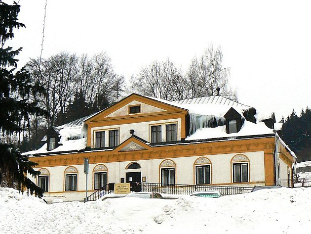 Kulturní středisko s výstavní síní Zámeček Smržovka.
