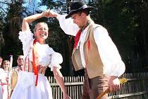 Členové jabloneckého folklorního souboru Šafrán se na pondělní koledu vypravili v krojích. Nejprve obešli své sousedy, aby pak po poledni společně usedli k prostřenému stolu Na Rychtě.
