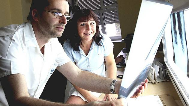Na fotografii lékaři jablonecké rentgenologie Jaromír Frydrych a Eva Rappová nad jedním ze snímků.