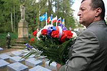 Pietní akt u pomníku v Rýnovicích, který vzpomněl na oběti 2. světové války v koncentračním táboře, který se nacházel právě zde, se zúčastnili delegace z Ázerbájdžánu, Běloruska, Francie, Kazachstánu, Ruska a Ukrajiny.