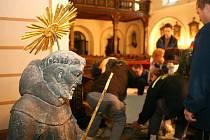 Socha dostala nový podstavec a na usazení sochy pracovalo bezmála deset lidí.