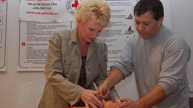 Soňa Havrdová si vyzkoušela na Evičce nácvik první pomoci. Na kurz ji přivedla vlastní zkušenost. Vždy je lepší kritické situaci předcházet a umět si poradit.