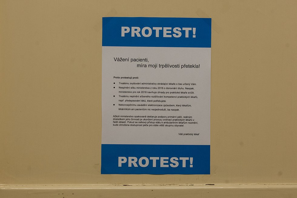 Tisíce lékařů vystavily 10. října informační leták o protestu praktických lékařů a ambulantních specialistů proti rostoucí byrokracii a podfinancování praxí. Ordinace zůstaly otevřené, lékaři měli na rukávech černé pásky.