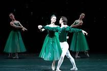 Smaragdy Balanchine považoval za evokaci Francie s její elegancí, pohodlím, módou a parfémy.