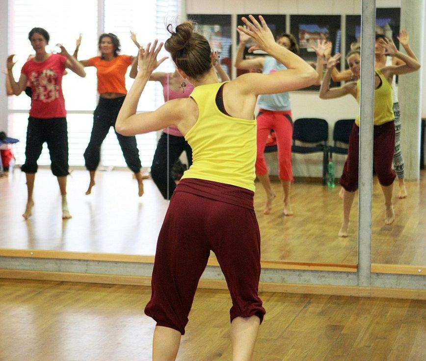 Léto tančí 2012. První den týdenního kurzu nebyl jen o vlahém seznámení, ale už rovnou o přípravě na společné sobotní vystoupení. Všichni si vyzkoušeli všechno.