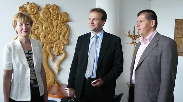 Náměstek hejtmana Radim Zika (vpravo) jednal o pořadatelství zasedání Rady ministrů EU s  náměstkyní Sekce pro předsednictví ČR v Radě EU Janou Hendrichovou a ředitelem Odboru logistiky a organizace Radomírem Karlíkem.