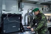 31. pluk chemické, radiační a biologické ochrany včera slavnostně přebral mobilní chemickou laboratoř od Spojených států.