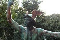 Socha boha Merkura prošla velkou restaurátorskou prací. Jablonecký sochař její opravou strávil dva roky.