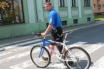 Jan Hauer, jediný strážník Městské policie Rychnov, objíždí rajón na kole.