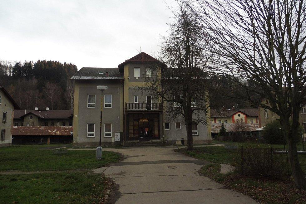 Stará budova železnobrodské knihovny.